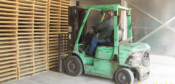First-Load-of-Heat-Treated-Pallets-032306-003